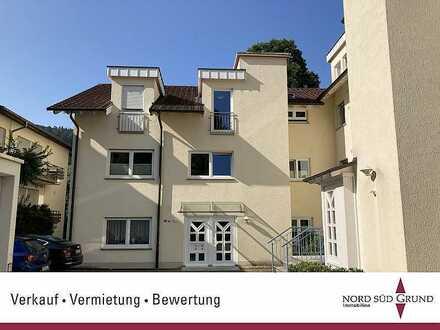 Allee-Lage in Baden-Baden, 3 Zimmer-Dachgeschoss-Wohnung, ca. 95 m². Einzelgarage.