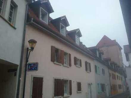 1-Zimmer-DG-Wohnung mit EBK im Zentrum oder gleich das 3-Familienhaus?