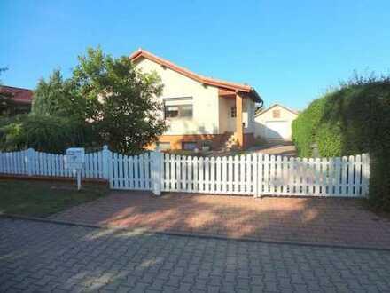 Exklusives Einfamilienhaus mit schönem großen Garten und Pool