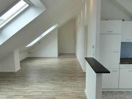 Mit 360°-Tour! Sofort bezugsfreie oder vermietbare Dachgeschosswohnung mit TG-Stellplatz und Balkon