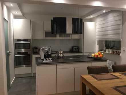 Stilvolle, neuwertige 3-Zimmer-Hochparterre-Wohnung mit Einbauküche, teilmöbiliert in Krefeld