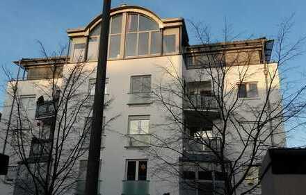 Zentral gelegene-, helle 2 - 3 Raum-Wohnung mit weitreichendem grünem Blick im 2.OG
