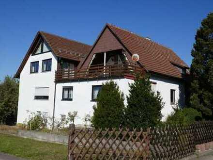 Großzügiges Einfamilienhaus mit vier Garagen und Garten in ruhiger Lage