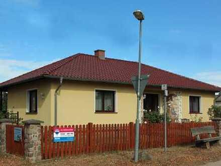 Bungalow mit ausgebautem Vollkeller auf 937 m² großem Grundstück