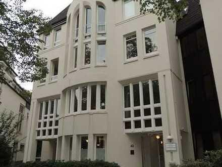 Innenstadt - Theaterwall: schicke und renovierte 3-Zimmer-Wohnung mit Balkon in bester Lage