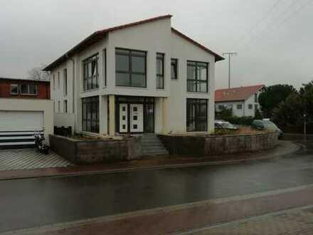 Kapitalanleger aufgepasst : Modernes vermietetes Bürohaus in Weissenheim am Berg zu verkaufen