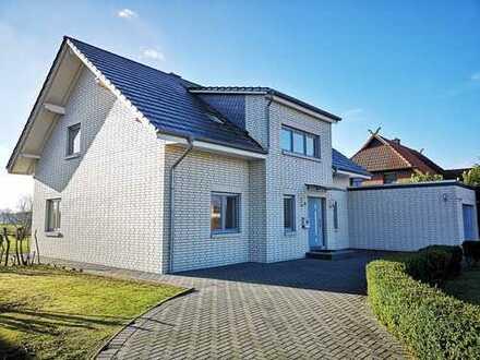 Modernes Wohnhaus mit Garage auf großem Grundstück in Randlage - kurzfristig verfügbar