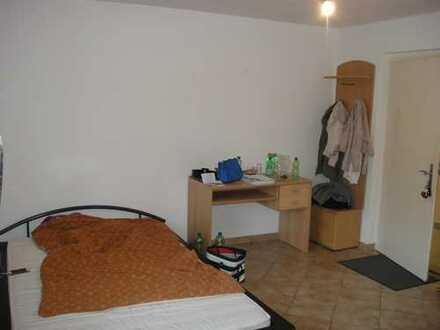 Zwei Zimmer frei-in zwei ZimmerWG- in zentraler Lage Tele 01714842115