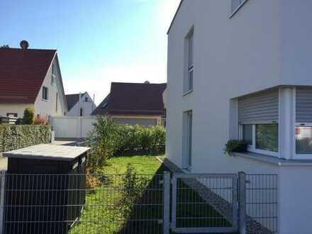 Großzügige helle EG Wohnung mit Wellness Bad, Süd-Terrasse, Garten und TG Stellplatz