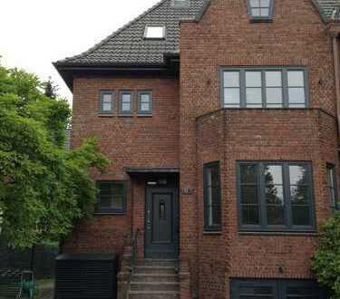 Liebevoll saniertes, gut belichtetes Haus mit fünf Zimmern in Hamburg, Alsterdorf