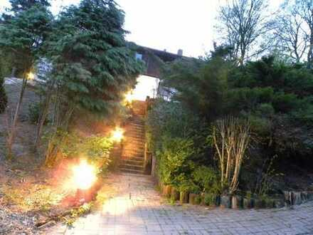 Landhaus in exponierter Lage - m. Streuobstwiese, Doppelgarage, 2 Kachelöfen, Kamin und Terrasse -