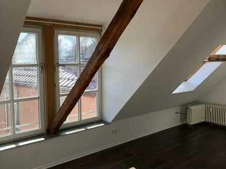 Dachstudio in geräumigen Altbau-WG zentral in Schloss-Neuhaus