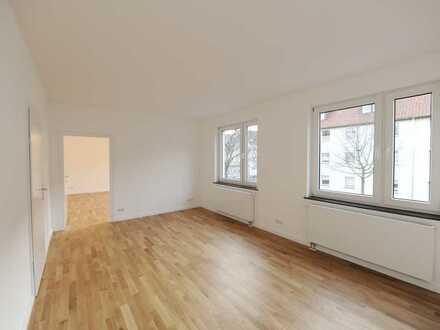 Topwohnung: hell, neu, gut geschnitten, 3 Räume, eigenes Treppenhaus, tolle Einbauküche, vieles mehr