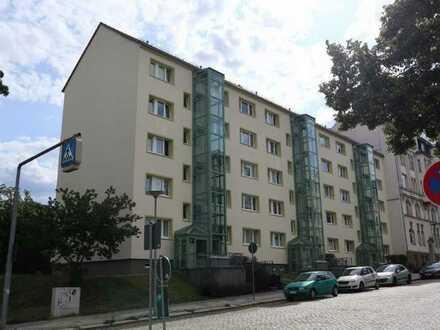 frisch renovierte 2 Zimmer Wohnung mit Balkon und Aufzug !!