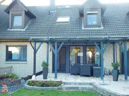 Gepflegtes Zweifamilienhaus mit schönem Garten und Garage in ruhiger Lage !!!