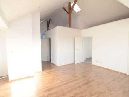 Schöne renovierte 4 Zimmer Dachgeschosswohnung, zentral gelegen in Hanau