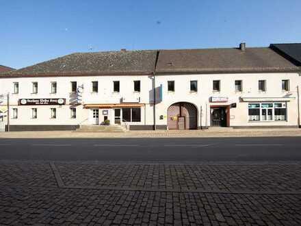 Historischer Vierseithof mit Gasthaus, Pension, Laden, Bar und Bistro