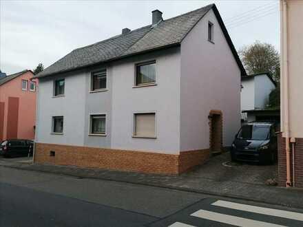 Gepflegtes Ein- Zweifamilienhaus mit schöner Außenanlage zu verkaufen