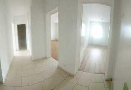 Modernisierte 3-Raum-Wohnung mit Balkon und Einbauküche in Bad