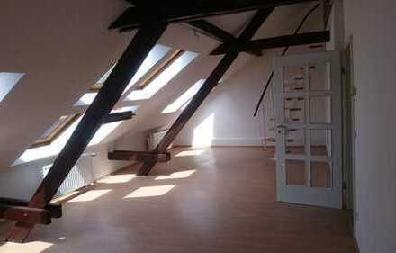 **ALTBAU** Appartement mit Wohnküche im Dachgeschoss zu vermieten**