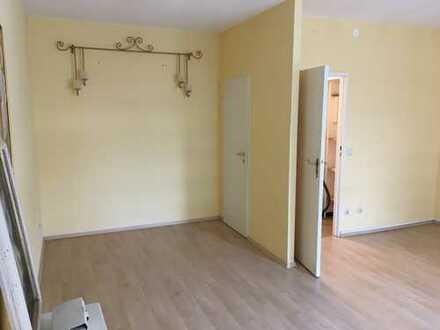 Exklusive, geräumige und gepflegte 1-Zimmer-Wohnung mit Einbauküche in Steglitz, Berlin