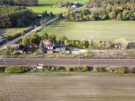Bahnhofsgebäude und Güterschuppen - leer stehend