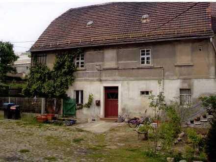 2-Seitenhof : Garage, Wohnhaus, Freifläche