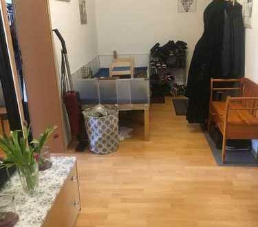 helles Zimmer in 3-Zimmer-Wohnung mit Wohnzimmer und Balkon in Gohlis
