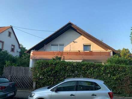 Gepflegte DG-Wohnung mit vier Zimmern und Balkon in Karlsruhe