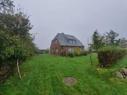 Grundstück mit Altbestand mit Blick über Weideflächen bis hin zum Wattenmeer