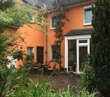 Schönes Haus mit acht Zimmern und großem Garten in Köln, Rath/Heumar