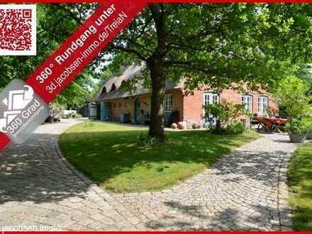 '' Ländliche Idylle mitten im Dorf '' - Historisches Reetdachhaus in Treia
