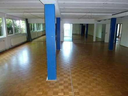 Büro-, Praxisräume in ruhiger und dennoch zentraler Lage zu vermieten.
