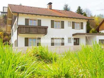 Ruhig gelegenes Einfamilienhaus mit Einliegerwohnung im Hang mit Weitblick