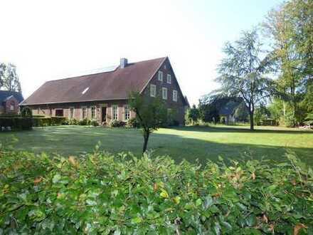 Landflair trifft Stadtnähe - Historisches Bauernhaus auf einem großen Grundstück und etwas Wal