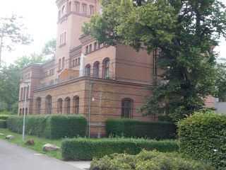 Gepflegte Parkanlage mit historischen Gebäuden