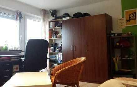 Schönes, helles 16 qm Zimmer mit Balkonzugang in 3-er WG