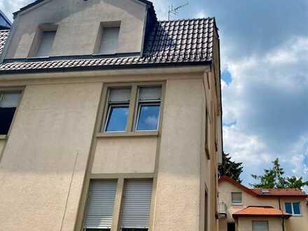 +OF-Bieber+ Klassische 3-Zimmer-Altbauwohnung in 3-FH mit Schuss Individualität, Wohnküche u. Balkon
