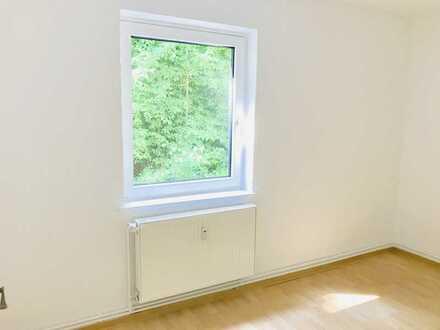 PACKEN SIE IHRE SACHEN: 2-Zimmer Wohnung mit kleinem Balkon und Tageslichtbad wartet auf SIE!