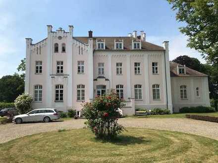 Gepflegte 2-Zimmer-DG-Wohnung mit Einbauküche im Gutshaus Groß Labenz