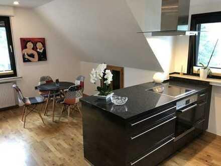 Tolle und modern möblierte zwei Zimmer mit Wohnküche suchen nette Studentin!