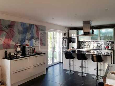 Exklusives, großes Einfamilienhaus m. Atelier, gr. Einbauküche, 2 Garagen und guter Anbindung!
