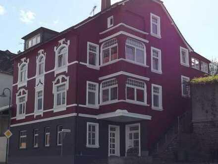Große 3-Zimmer-Wohnung mit eigenem Hauseingang, Erker u. Terrasse