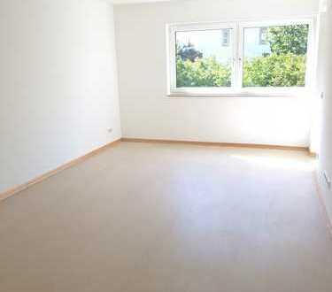 Seniorengerecht. 2 ruhige und helle Zimmer, barrierearm. Mit Balkon ins Grüne.
