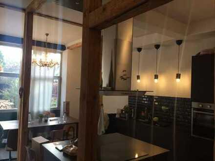 (J03) Zimmer in aufwendig renoviertem Altbau.