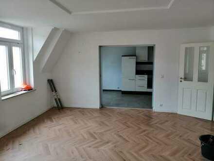 Preiswerte, neuwertige 4-Zimmer-DG-Wohnung mit Balkon und Einbauküche in Plauen