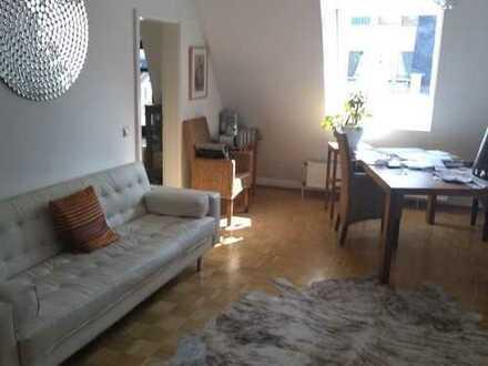 Idyllische 2-Zimmer-Dachgeschosswohnung mit Einbauküche in Frankfurt am Main