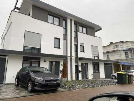 Schönes, geräumiges Haus mit fünf Zimmern in Main-Kinzig-Kreis, Erlensee, Neubau