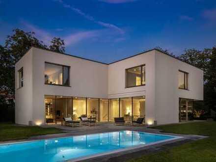 Luxuriöse Bauhaus-Villa mit Traumgarten und Pool