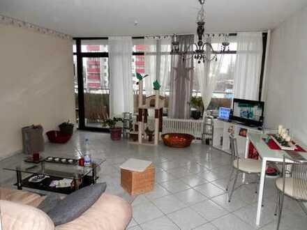 Helle 2 Zimmer-Wohnung mit großer Loggia und PKW-Stellplatz